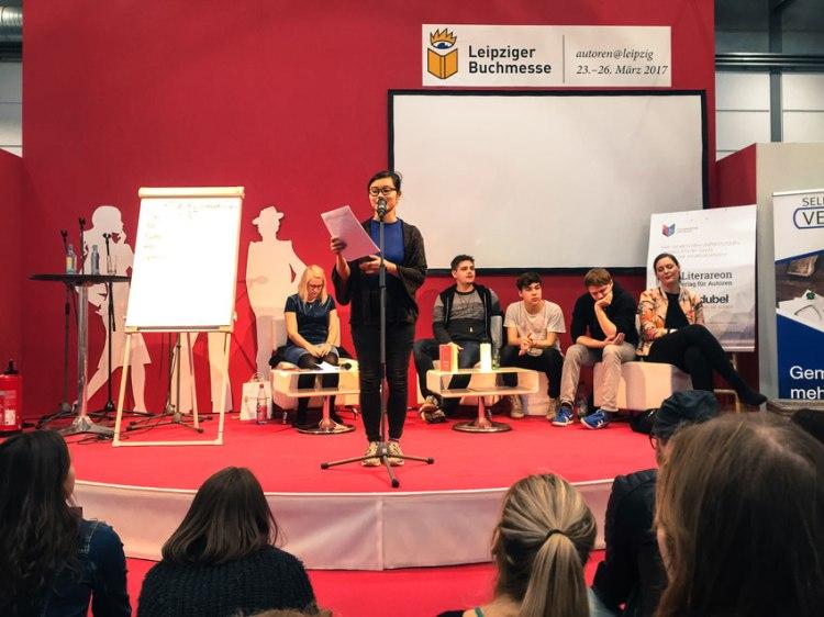 Wortgiganten Slam auf der Leipziger Buchmesse, Slammerin Nhi Le am Mikro