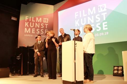"""Das Team von """"Lara"""" auf der Bühne um ihre Auszeichnung entgegen zu nehmen"""